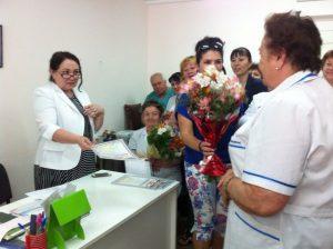 Вручение благодарности  старшей медицинской сестре  Зареме Юнусовне